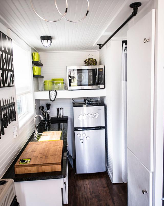 Дизайн очень маленькой кухни с холодильником